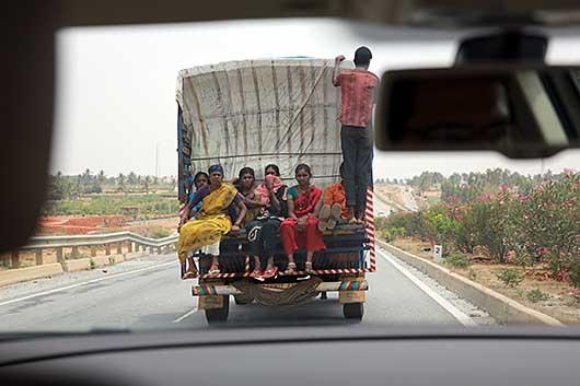 7号線の人と荷物を運ぶトラック