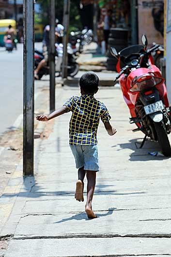 バンガロール 裸足の子供